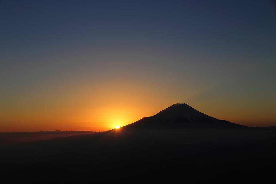 富士山の左に日が沈む