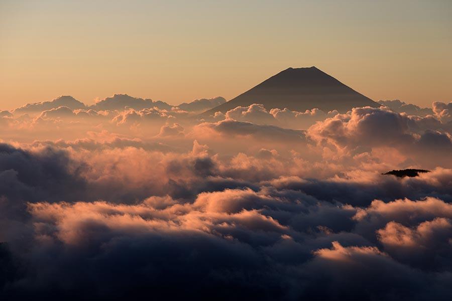 朝の雲海と富士山