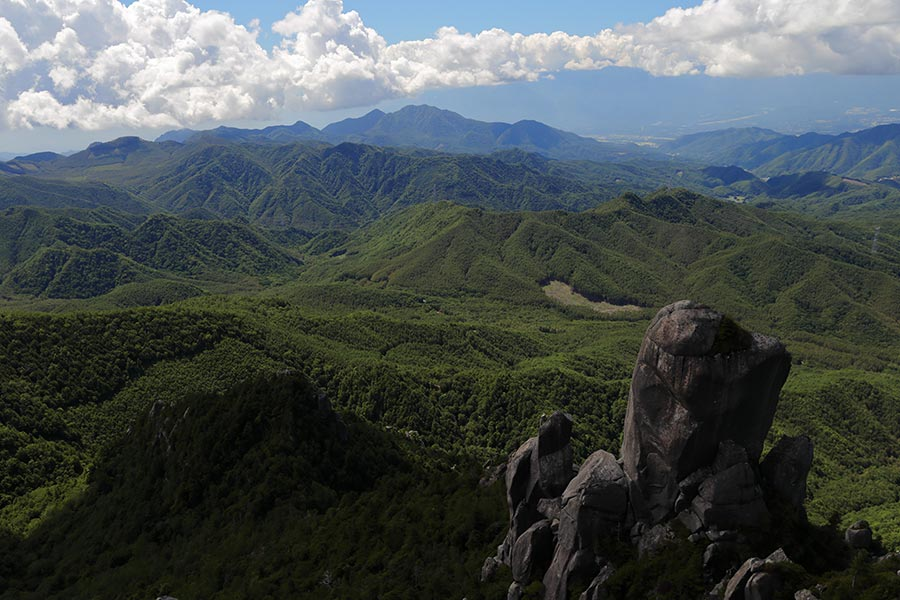 大ヤスリ岩と茅ヶ岳方面の眺め